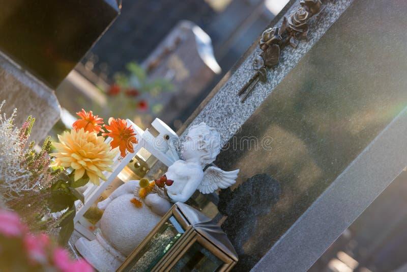 在公墓的大理石的白色天使,哀痛,阳光 库存照片