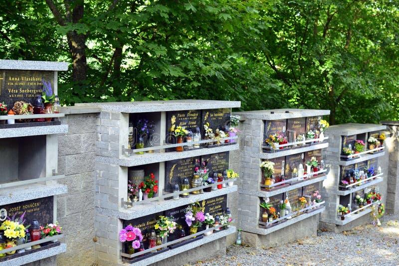 在公墓的灰色现代大理石墓碑 库存图片