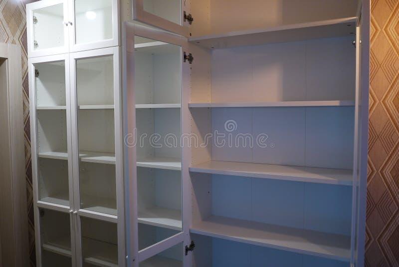 在公寓内部的书橱 图库摄影