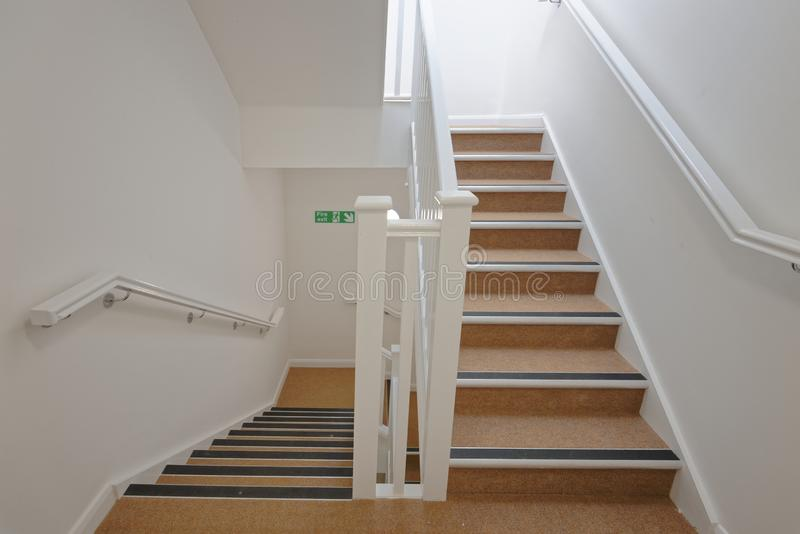 在公寓单元的现代楼梯间 价格合理的住房 库存照片
