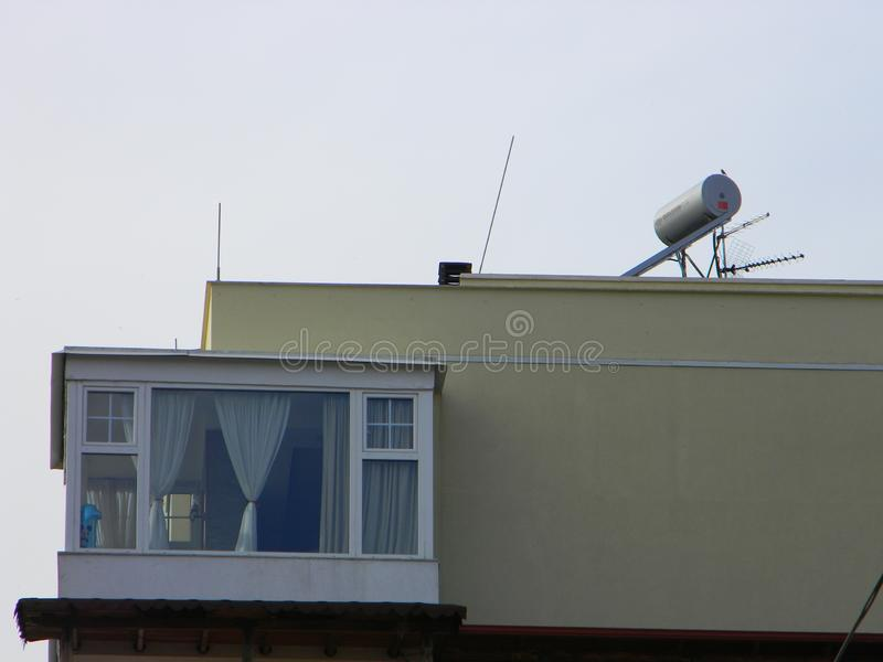 在公寓楼,地拉纳,阿尔巴尼亚屋顶的太阳电池板  库存照片