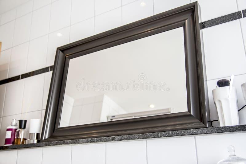 在公寓的大常设镜子 免版税库存图片