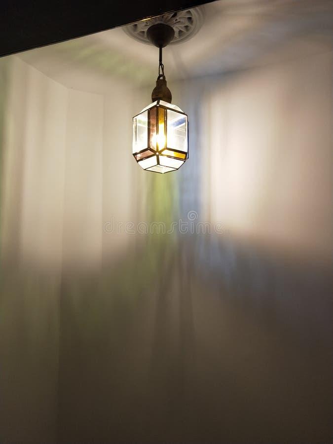在公寓的美好的走廊光在夜间期间 免版税库存照片