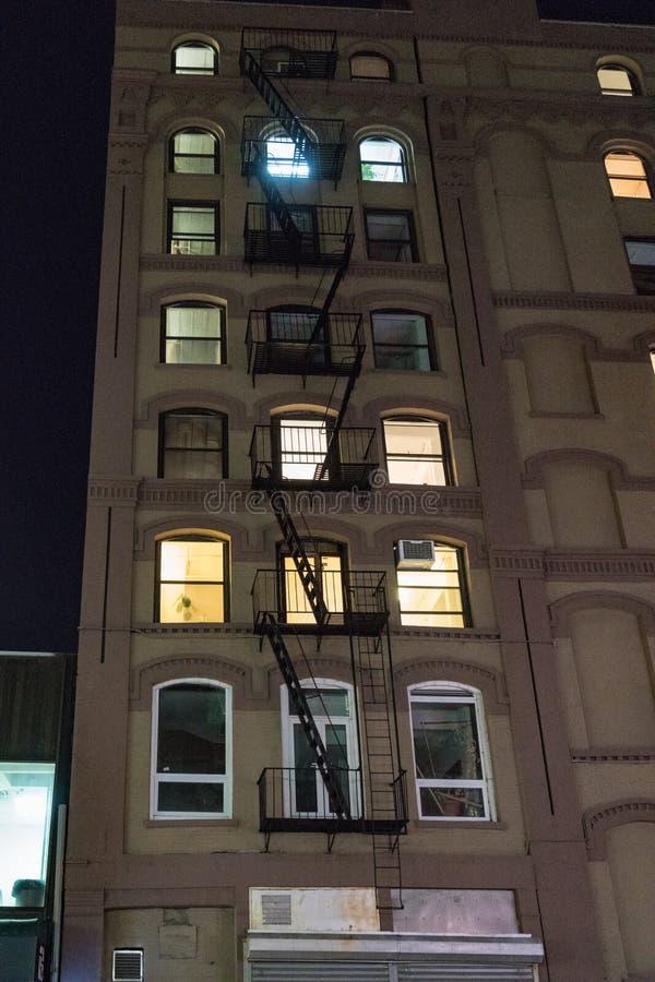 在公寓的边看的防火梯在纽约 免版税库存图片