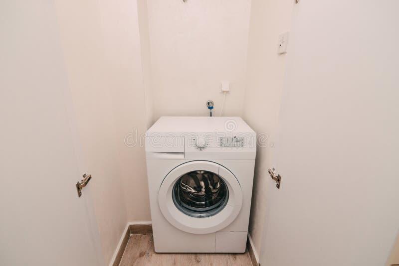 在公寓,关闭的洗衣机 洗涤的贮藏室 图库摄影