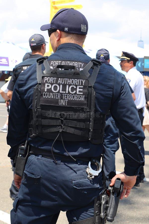 在公开事件期间,港务局逆恐怖主义单位官员提供安全 免版税库存图片