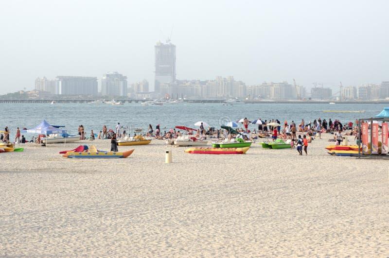 在公开城市海滩的金黄沙子迪拜 免版税库存图片