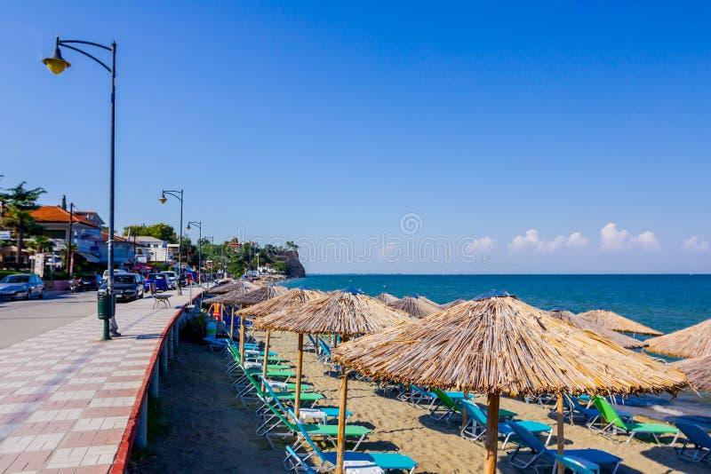 在公开海滩上的散步在海岸线旁边 库存照片