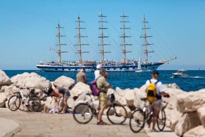 在公海停住的一最大的帆船在老城市皮兰附近,斯洛文尼亚 库存图片
