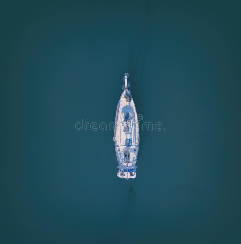 在公海停住的航行游艇空中下来上面视图 库存照片