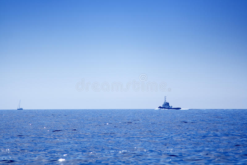 在公海的渔小船 免版税库存照片