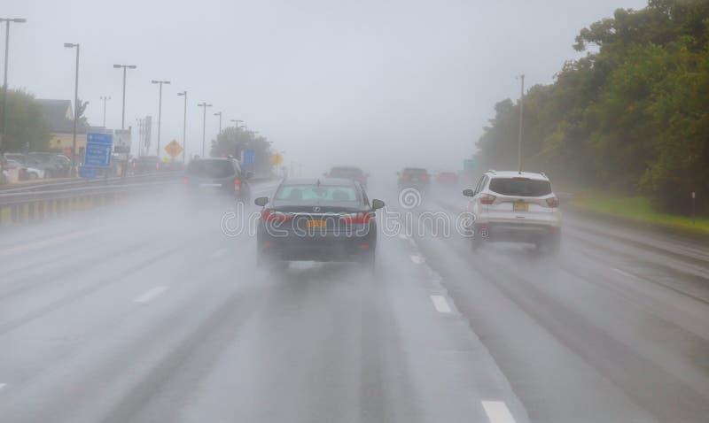 在公路交通的多雨天气 事故的风险在重的降雨量期间的 库存照片