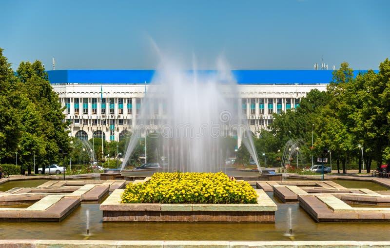 在共和国正方形的喷泉在阿尔玛蒂,哈萨克斯坦 图库摄影