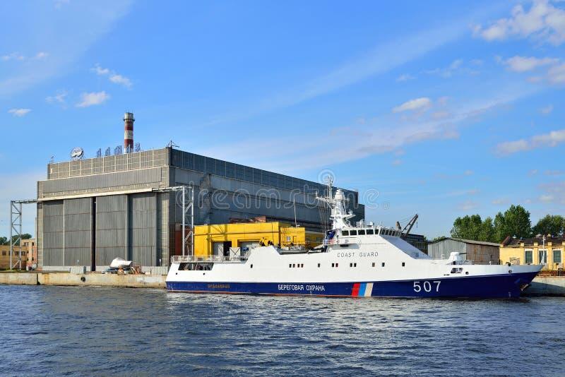 在关心附近Diamo的大厦的俄国海岸警卫小船 免版税图库摄影