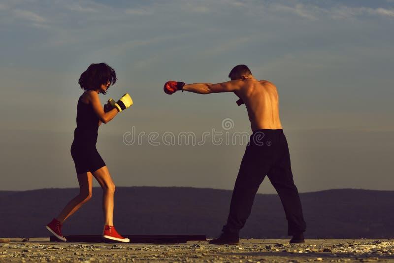 在关系概念,在拳击手套的夫妇战斗上的冲突 免版税库存照片
