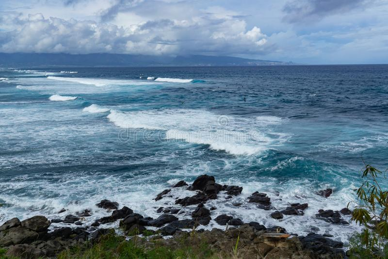 在其中一个的大波浪毛伊的冲浪的海滩 图库摄影