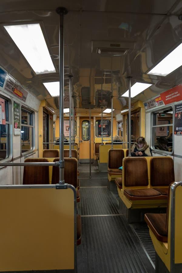 在其中一列有少量的老地铁里面乘客 免版税库存照片