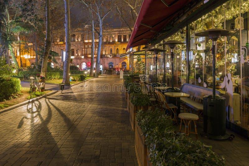 在其中一条巴库街道,阿塞拜疆的首都的晚上 图库摄影