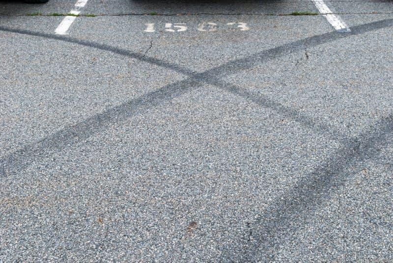 在具体沥青的抽象汽车刹车痕 免版税库存图片