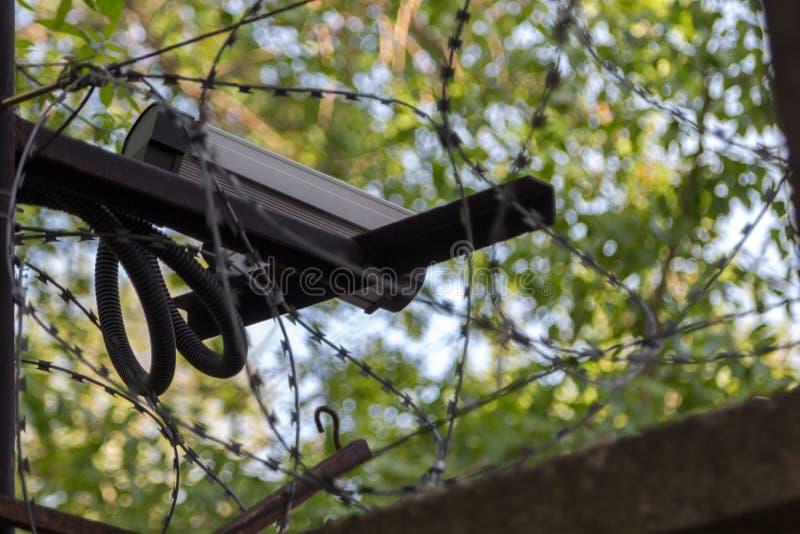 在具体篱芭的监视器有铁丝网的 库存图片