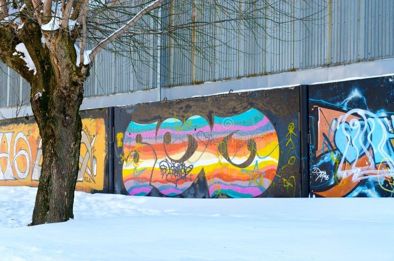 在具体篱芭的街道画在城市街道,戈梅利,白俄罗斯 库存图片