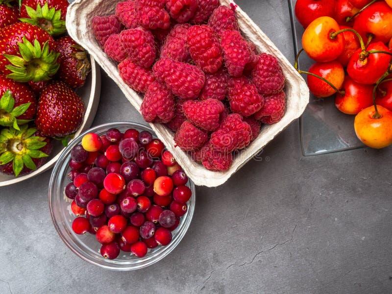 在具体背景的莓果 夏天或春天有机莓果 草莓,莓,樱桃,蔓越桔 r 图库摄影