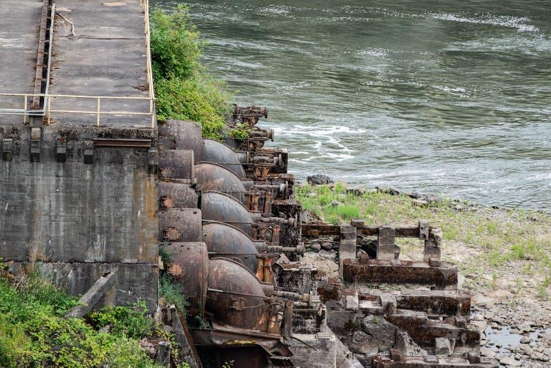 在具体驻地旁边的生锈的工业水泵 免版税库存照片