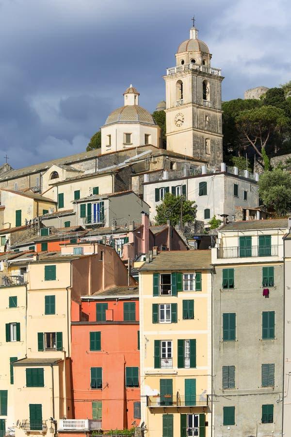 在典型的五颜六色的房子的看法,里维埃拉di莱万特,波尔托韦内雷,意大利 免版税库存图片
