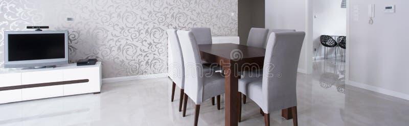 在典雅的内部的木桌 图库摄影
