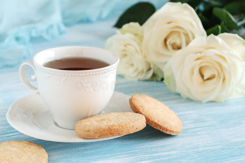 在典雅的瓷杯子和脆饼的茶 库存照片