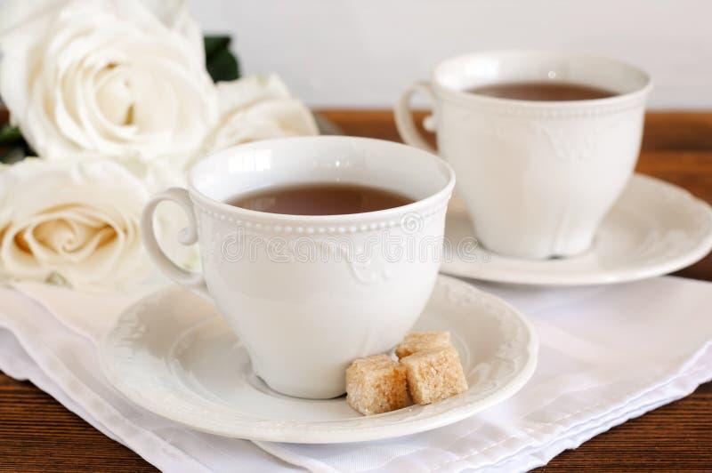 在典雅的瓷杯子和花的茶 库存照片