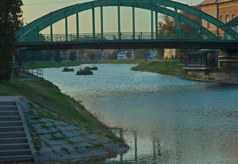 在兹雷尼亚宁,塞尔维亚穿过Begej河的钢桥梁 免版税库存照片