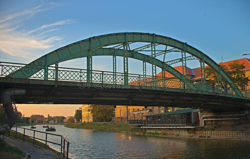 在兹雷尼亚宁,塞尔维亚穿过Begej河的钢桥梁 免版税库存图片