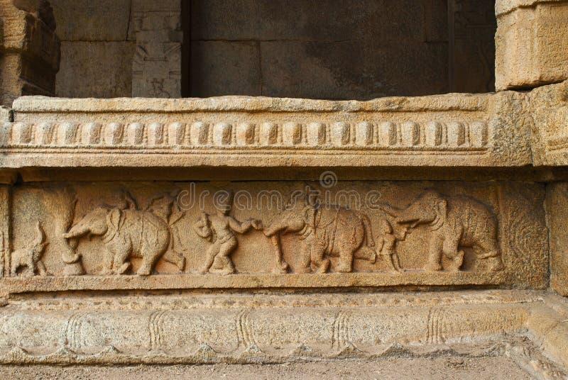 在内在庭院、修道院或者有柱游廊的柱基的被雕刻的图 Achyuta Raya寺庙,亨比,卡纳塔克邦 神圣 免版税图库摄影