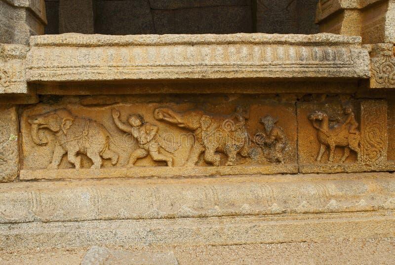 在内在庭院、修道院或者有柱游廊的柱基的被雕刻的图 Achyuta Raya寺庙,亨比,卡纳塔克邦 神圣 免版税库存照片