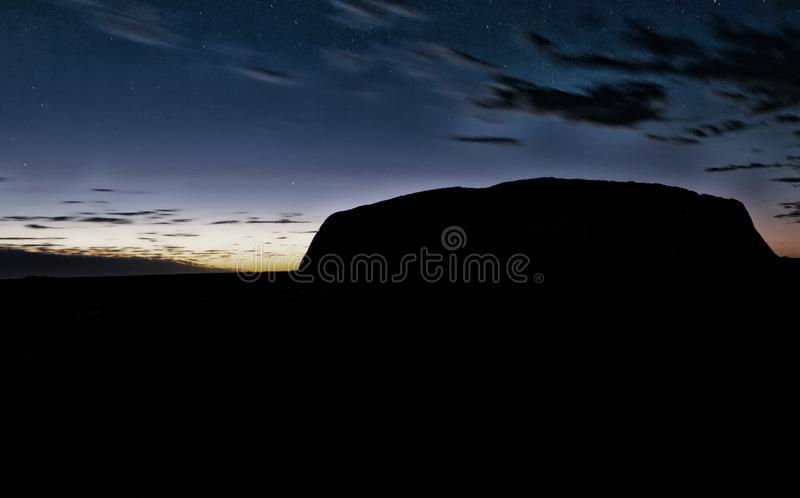在内地澳大利亚人山剪影在日出的 免版税库存照片