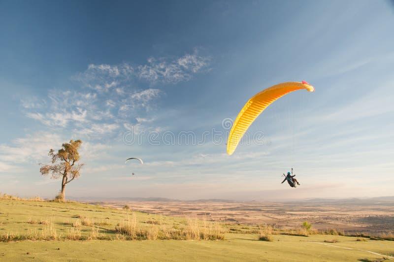 在内地澳大利亚人的滑翔伞着陆 库存图片