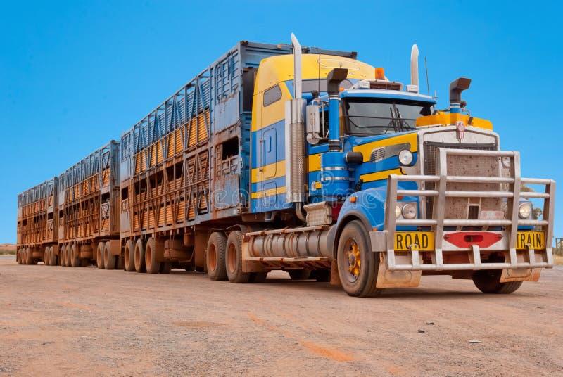 在内地澳大利亚的公路列车 免版税图库摄影