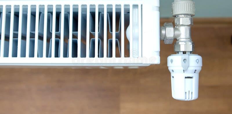 在内墙上的一台白色热化幅射器 免版税库存照片