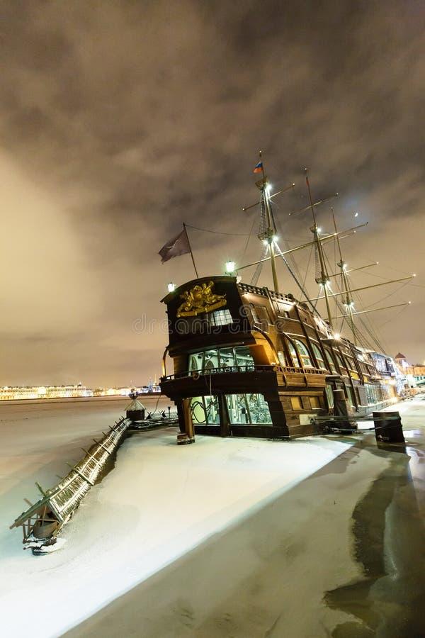 在内娃河的葡萄酒大型驱逐舰在圣彼得堡,俄罗斯 大船帆船在冬天冷淡的夜 免版税库存图片