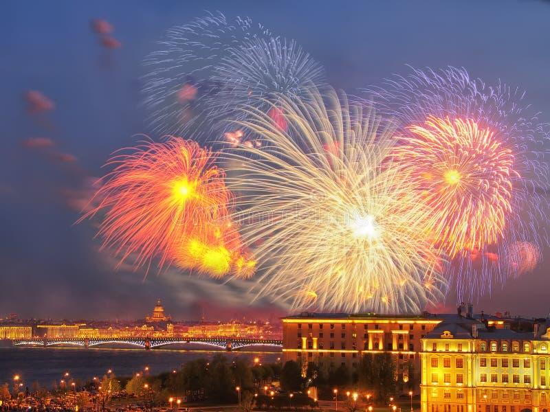 在内娃河scape的烟花 桥梁okhtinsky彼得斯堡俄国圣徒 免版税库存照片