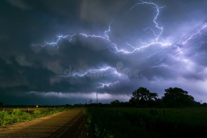 在内布拉斯加雷暴的云彩的之间闪电分支 免版税图库摄影
