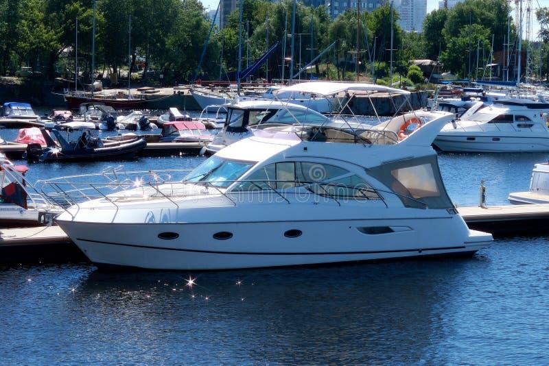 在内河港的小船停泊 库存图片