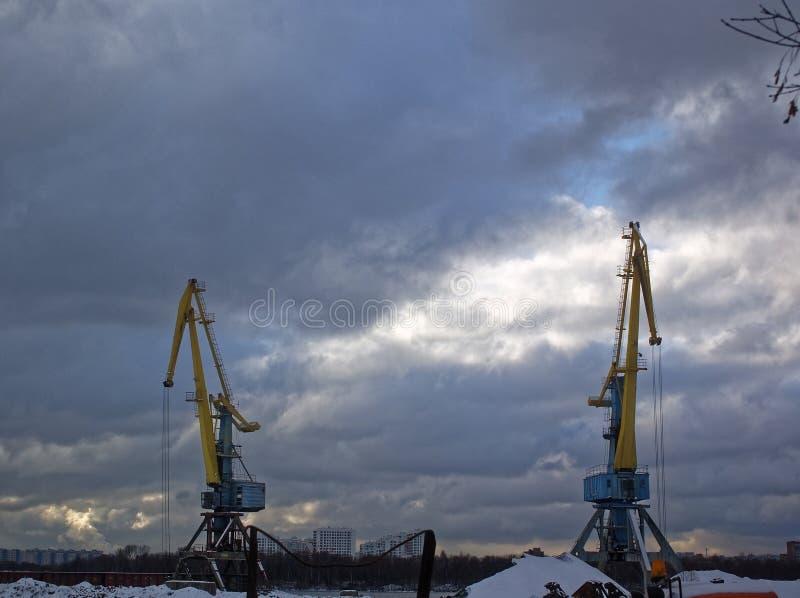 在内河港的装载的起重机在秋天 免版税库存照片