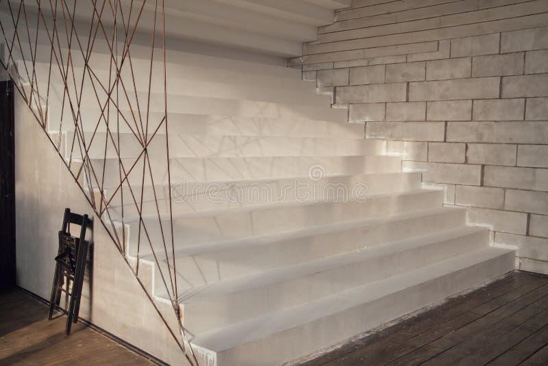 在内部的白色台阶 库存图片