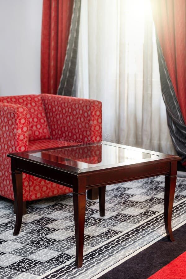 在内部的葡萄酒桌与红色扶手椅子 免版税库存图片