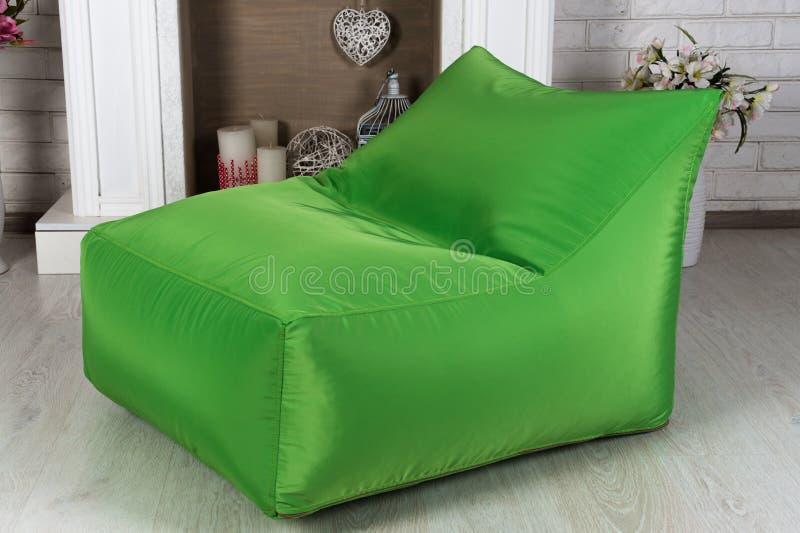 在内部的绿色灵活和可调整的位子装豆子小布袋 免版税库存照片