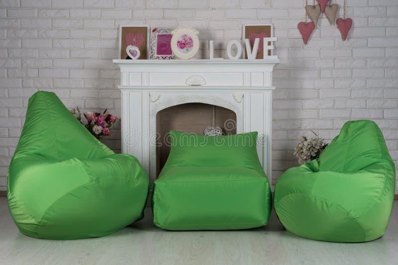 在内部的绿色灵活和可调整的位子装豆子小布袋 库存照片