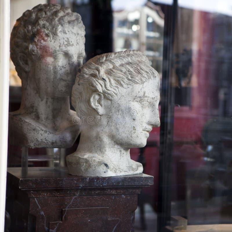 在内部,经典古色古香的雕塑对象fo的顶头静物画 库存照片