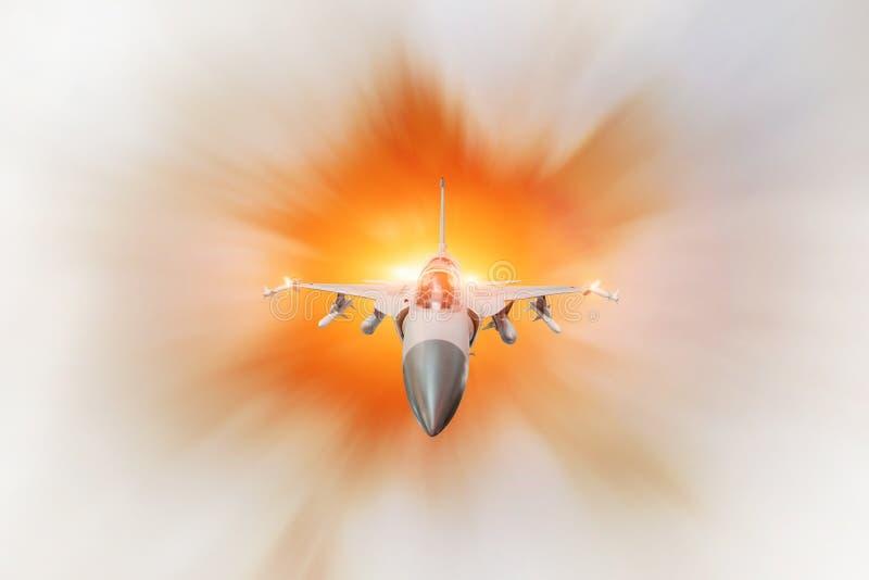 在军事任务的战斗机喷气机与武器-火箭,炸弹,在翼的武器,高速有火加力燃烧室的 库存图片